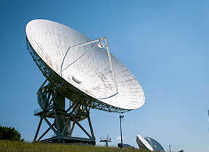 Large dish antenna in an array